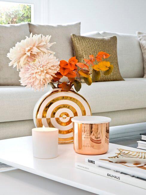 jarrón con flores y velas color bronce