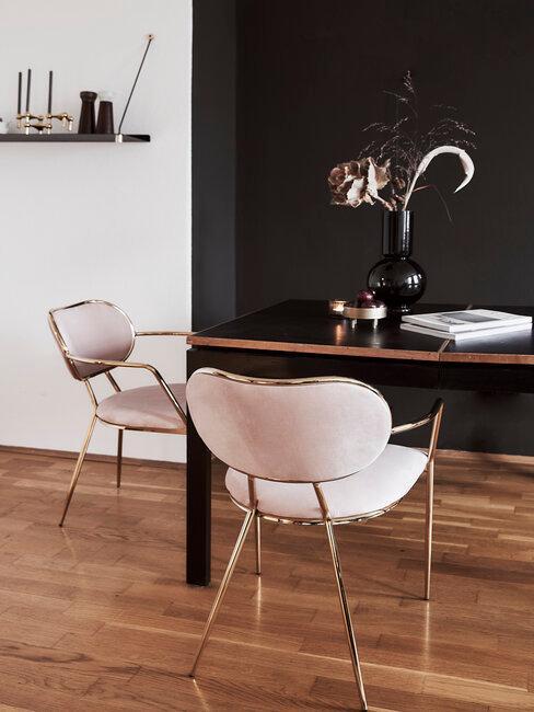 comedor con pared y mesa negro sillas rosas de terciopelo y metal cobre