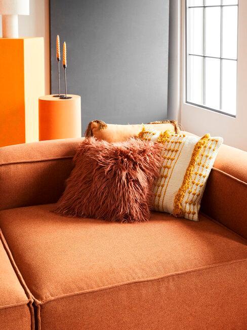 sofá y cojines naranjas