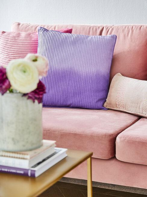 sofá rosa con cojín morado