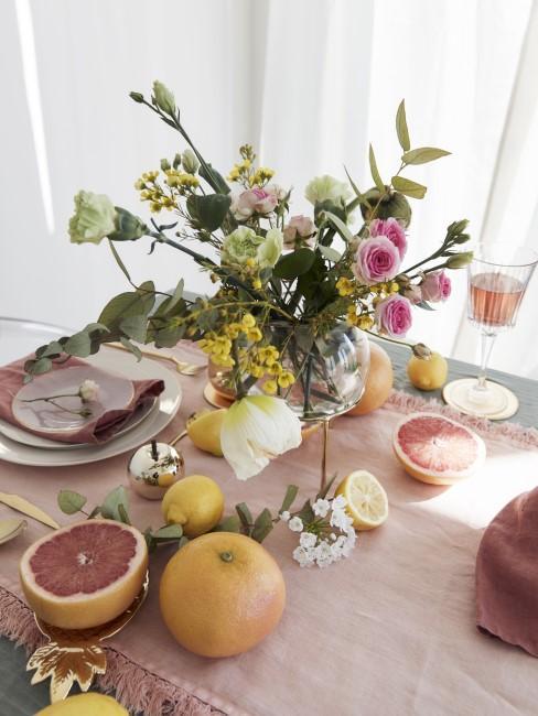 MEsa decorada con frutas citricas y flores
