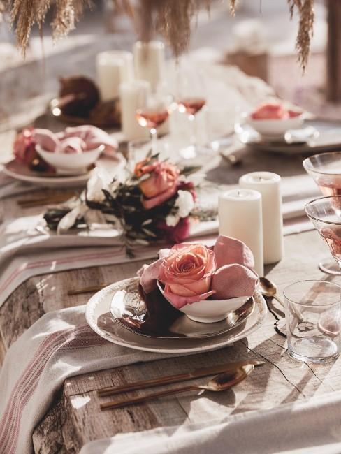 Mesa decorada veraniegamente con rosas