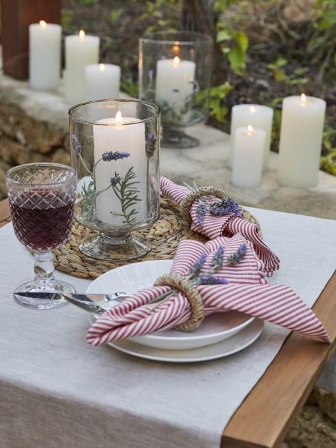 Mesa con copa de vino y velas