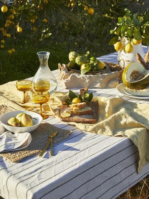 Mesa en un jardin decorada con limones