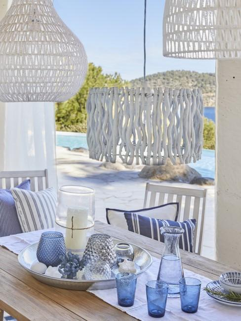 Mesa con una decoracion blanca y azul