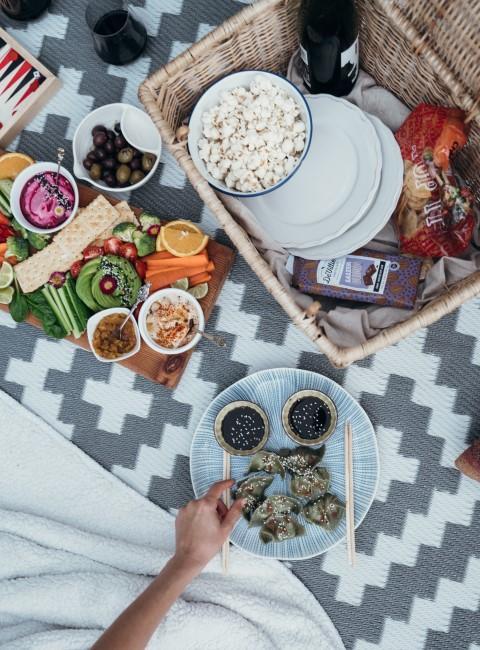 picnic en el campo con fruta