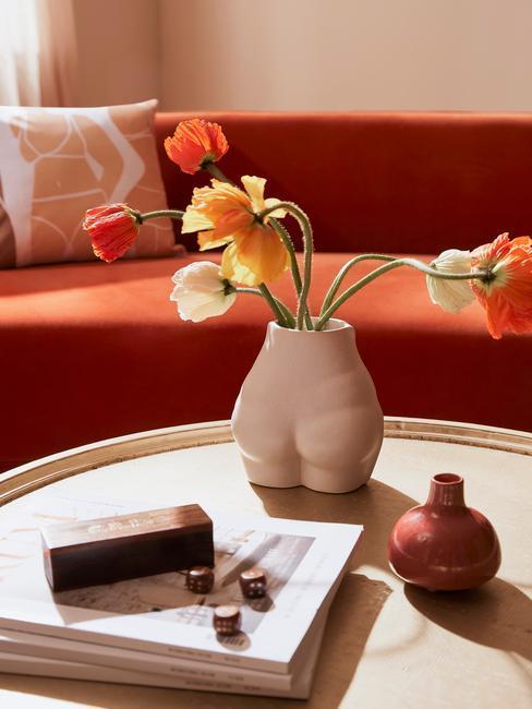 jarron con flores y sofá rojo