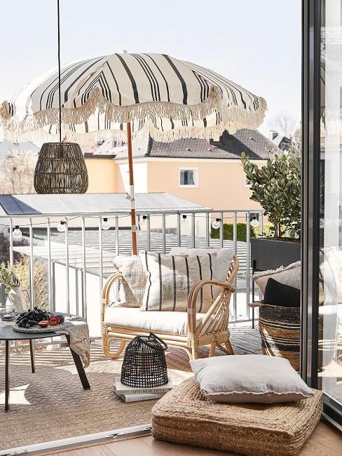 balcon estilo boho con sombrilla