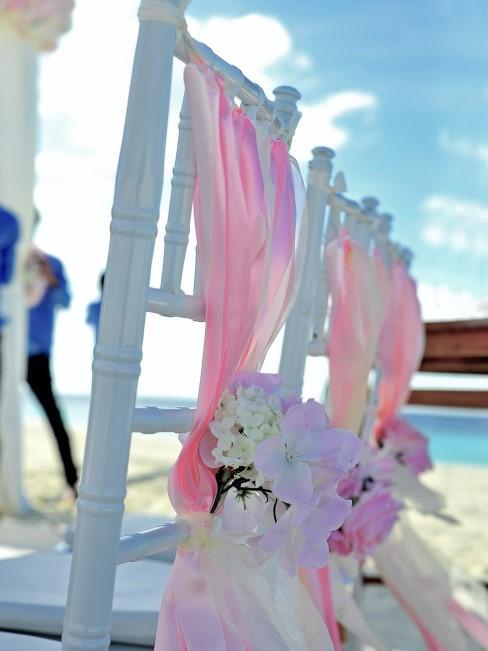 Sillas con flores para una boda en la playa
