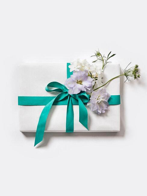 regalo envuelto blanco y azul