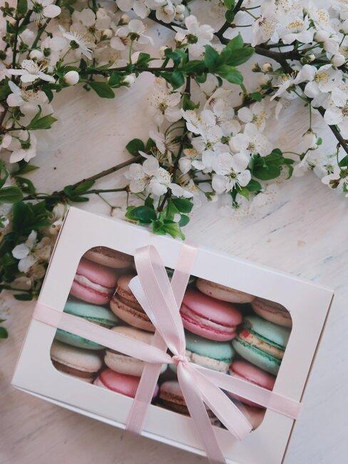 flores y caja de regalo macarons