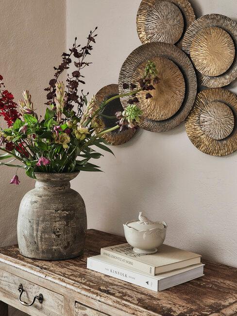 decoración rústica de pared y jarrón con flores