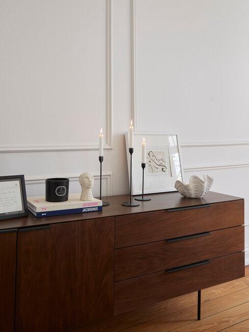mueble de madera oscura con velas y accesorios