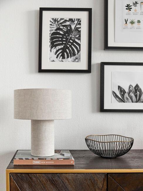 decoración de pared con marcos de fotos y lámpara