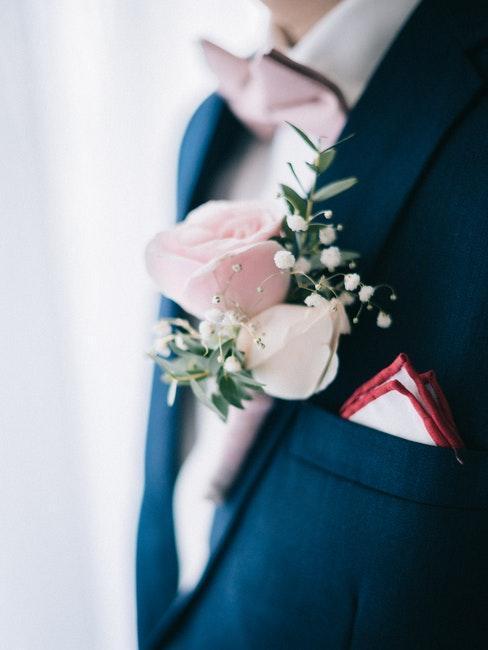 traje de boda de hombre y flores