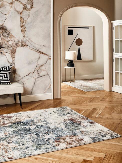 pasillo con alfombras y deco con marmol retro