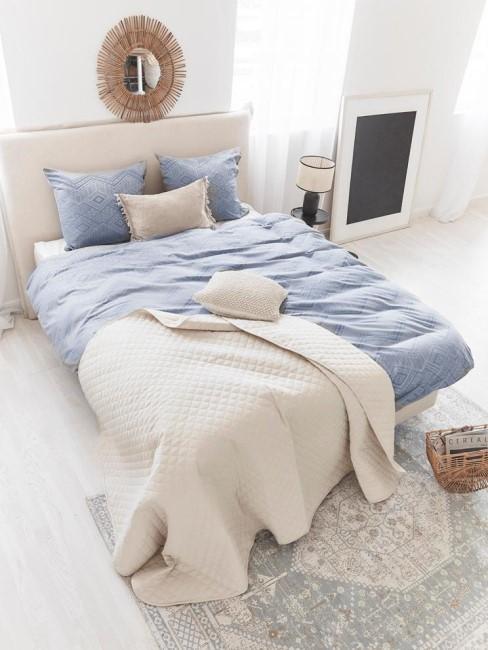 Alfombra artesanal de algodon Neapel, estilo vintage en un dormitorio con sabanas de algodon