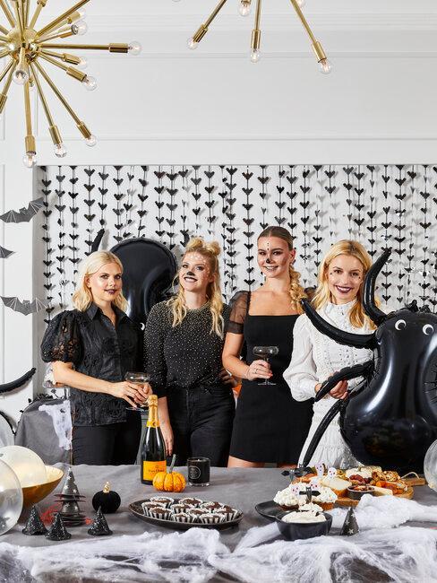 mujeres en fiesta de halloween