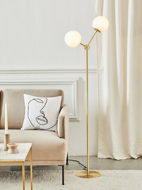 sofá beige lámpara color oro