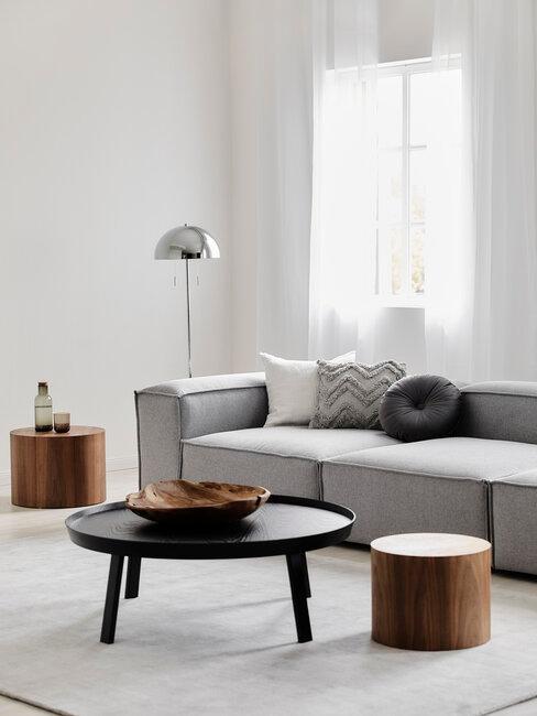 salon minimalista gris negro y madera