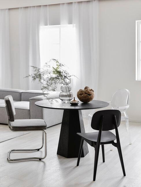 mesa y silla negras en comedor escandi