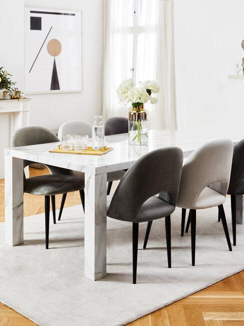 comedor con mesa de marmol y sillas grises
