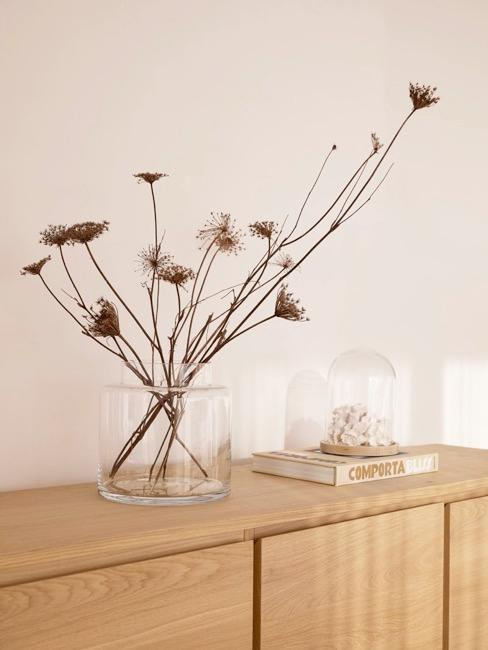 jarrón de cristal con flores secas