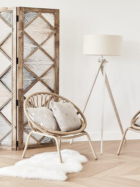 sillón, lámpara y biombo de madera