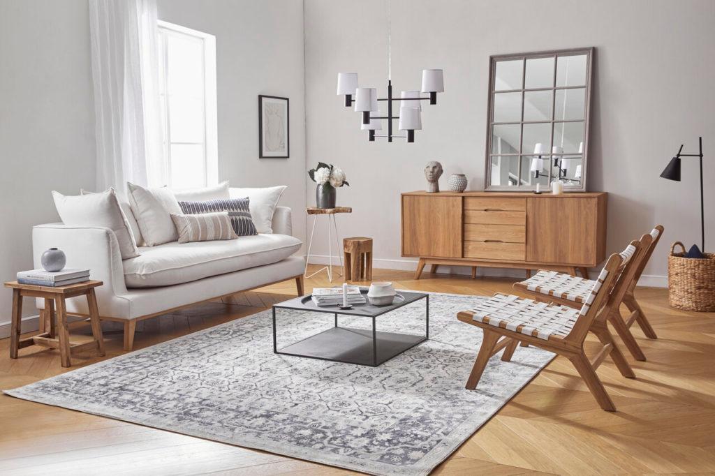 salón americano con muebles de madera y colores blancos