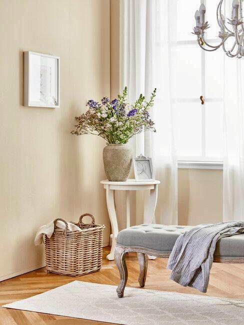 jarrón con flores y accesorios estilo provenzal