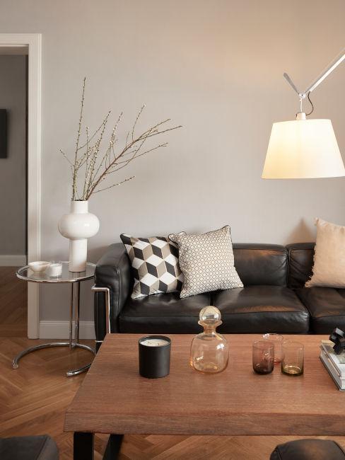 salón industrial con muebles de madera y sofá de cuero negro