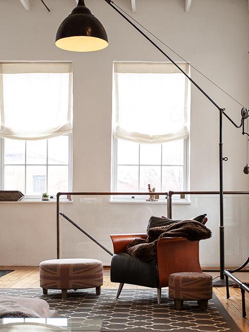 sillón y lámpara estilo industrial