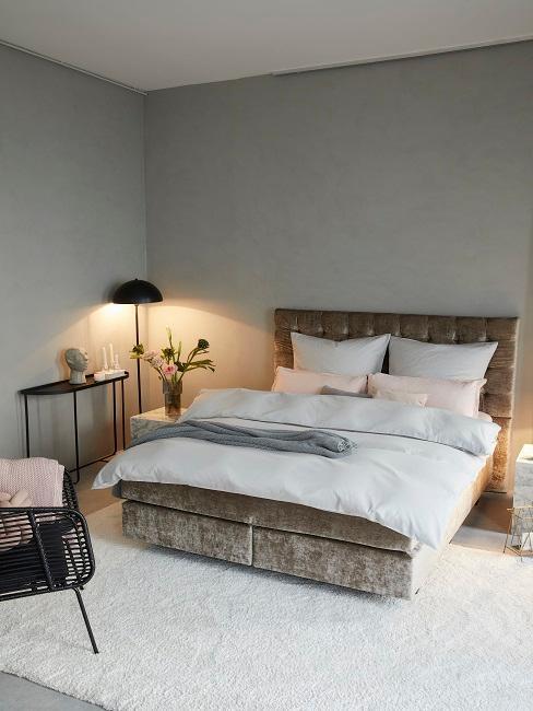 dormitorio industrial y cama de terciopelo