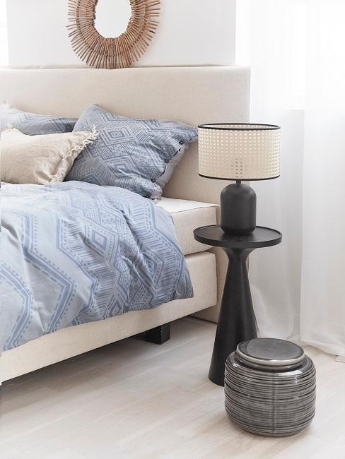 mesa y lámpara negra