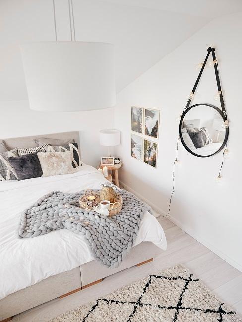 dormitorio blanco con espejo redondo