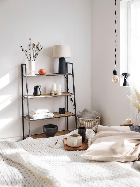 dormitorio blanco y beige con estanteria negra metal