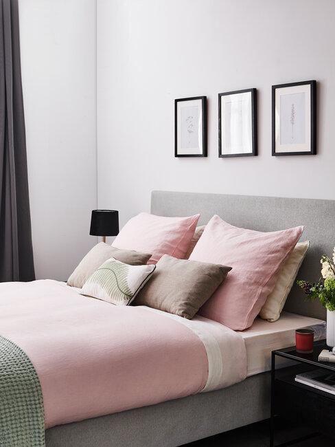 dormitorio con cama gris sábanas rosas