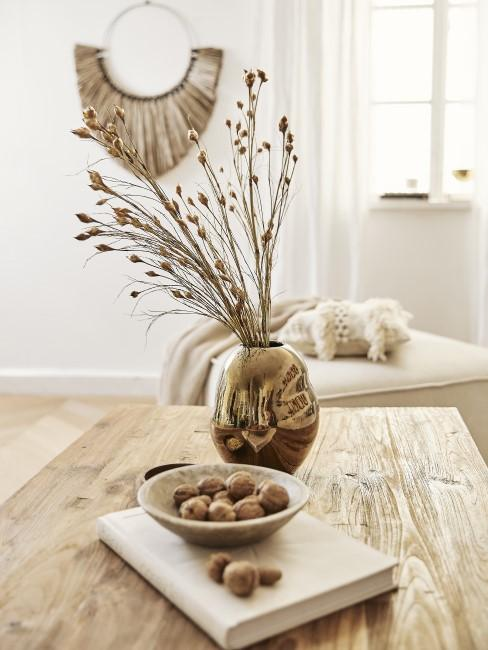 mesa de madera artesanal con nueces