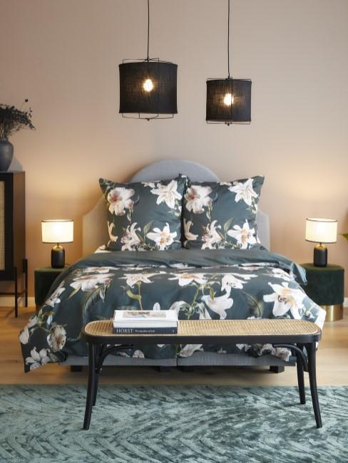 Cama tapizada en terciopelo con sabanas con estampado tropical