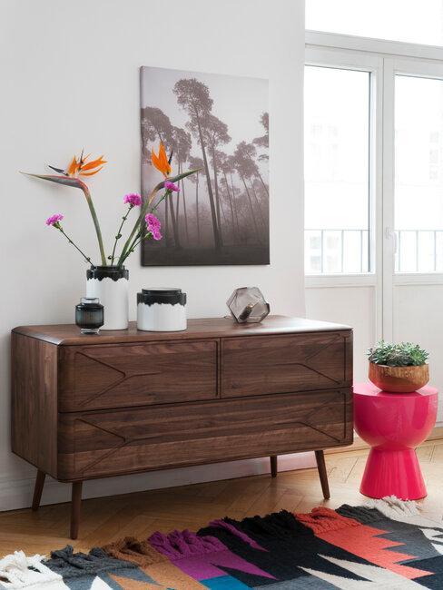 mueble de madera oscura con accesorios de colores estilo africano