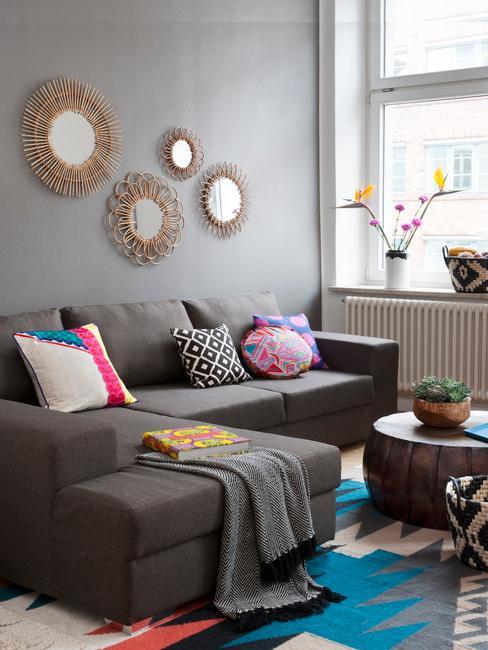 salón gris con accesorios de colores