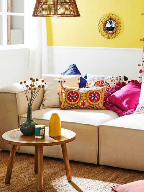 salón beige y amarillo con cojines de colores