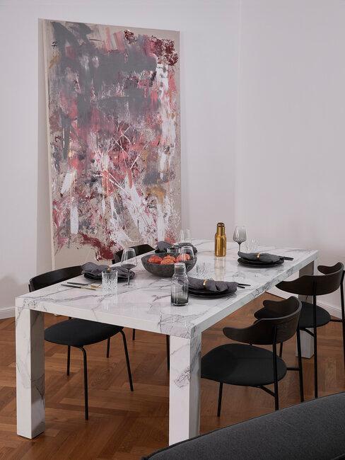 comedor con mesa de mármol y pintura