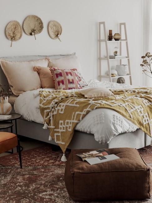 Dormitorio en tonos nudes y mostaza