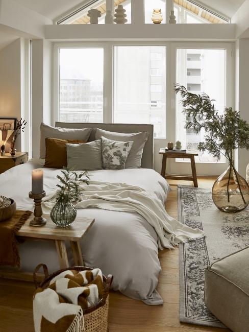 Dormitorio romático con ventanales