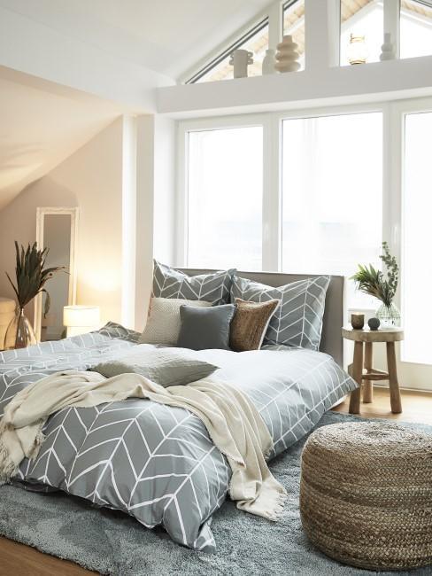 Dormitorio azul y blanco con un ventanal