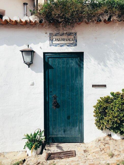 puerta azul en casa payesa