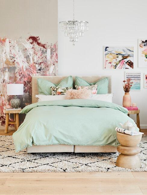 dormitorio con sábanas verdes y deco de colores
