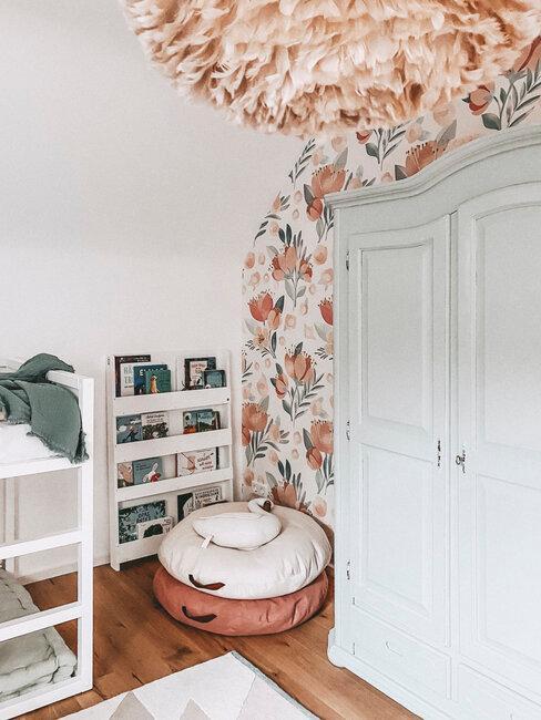 armario y papel pintado