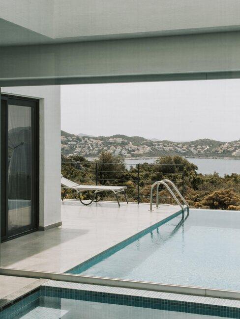 piscina y casa moderna blanco
